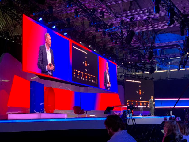Foto: palestra no palco do DMEXCO 2019. confiança do consumidor.