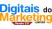 logo da digitais do marketing com a palavra digitais em azul claro, do em preto e marketing em laranja. Fundo branco. A palavra digitais está em cima da palavra marketing e a prepoosição do está ao lado de digitais.