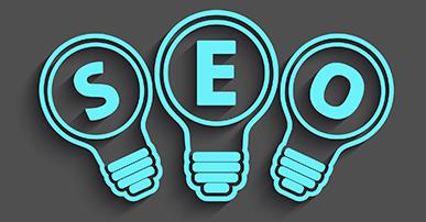 Imagem de três lâmpadas com contorno azul e fundo vazado na cor cinza. Dentro de cada lâmpada está escrito uma letra da palavra SEO.