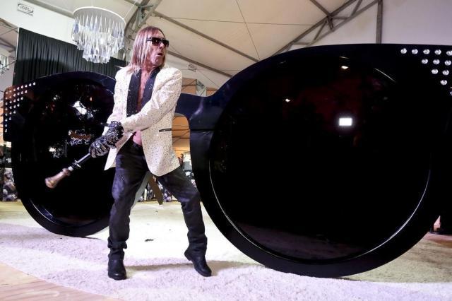 Iggy Pop, convidado pela Chilli Beans, quebra óculos gigante no São Paulo  Fashion Week cdfc8a8bf6
