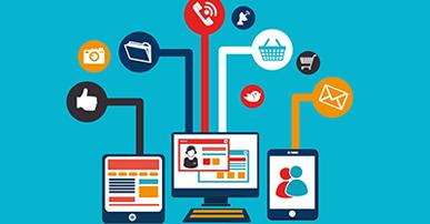 Imagem. Dois tablets e no meio um computador. Um dos tablets tem exemplos de textos na tela, outro a figura de duas pessoas estilizadas e o outro duas telas, uma em cima da outra. De todos os aparelhos saem retas que terminam com círculos. Dentro desses círculos imagens variadas como: curtir, cesta de compras, ícone de mensagem, e telefone. O fundo da imagem é azul e as cores predominantes são azul, branca, vermelha e laranja.