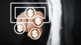 Foto: Homem de terno apontando para dinheiro virtual.