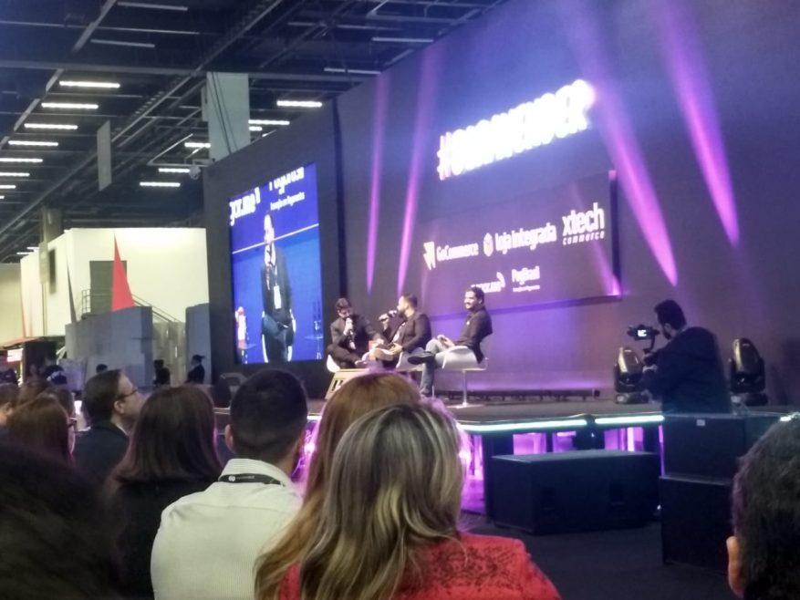 Foto: Palco do debate sobre transformação no VTEXDAY