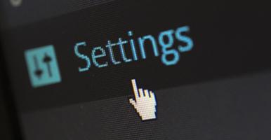 """Foto: tela de computador com a palavra """"settings"""" e mouse."""