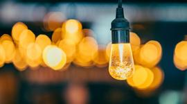 Imagem: lâmpada acessa com fundo desfocado.