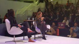 Foto: Duas mulheres no palco.