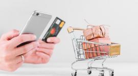Mulher segura, smartphone, e, cartão crédito. jornada de compra