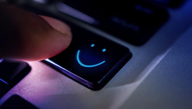 Cliente feliz com experiência usando o teclado do computador para enviar uma revisão positiva